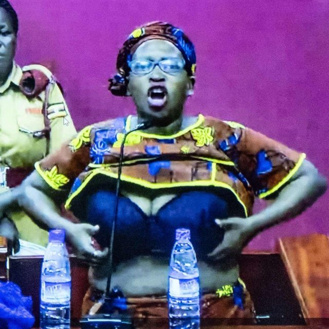 Stella Nyanzi flashing out her breasts when the magistrate read out her sentence
