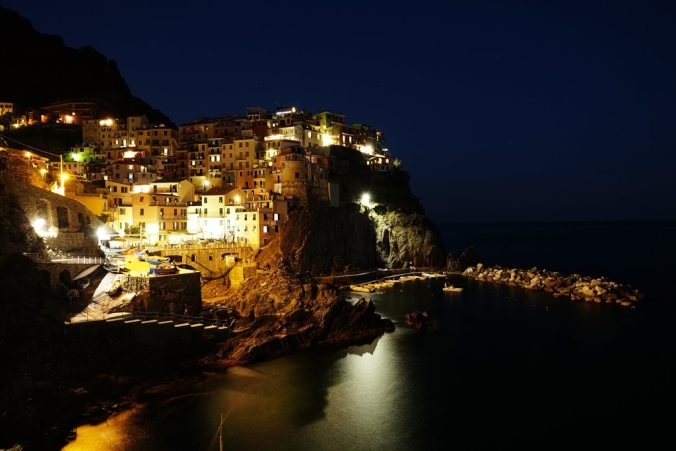 and finally the view of Manarola from the main walkway at night