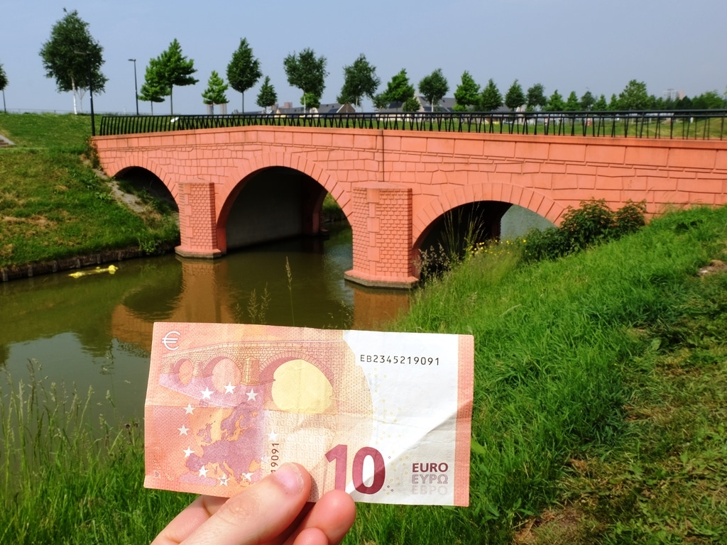 The €10 note and its bridge