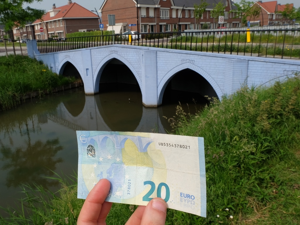 The €20 note and its bridge