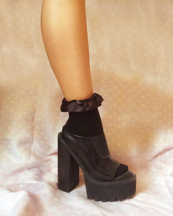 black-ruffle-ribbon-ankle-socks