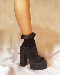 black-ruffle-ribbon-ankle-socks