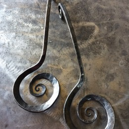 Spiral scroll salad tongs