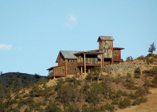 Situated on a barren knife ridge overlooking the Yellowstone River in Paradise Valley, Merle Adams designed this house to reflect Montana's mining heritage.