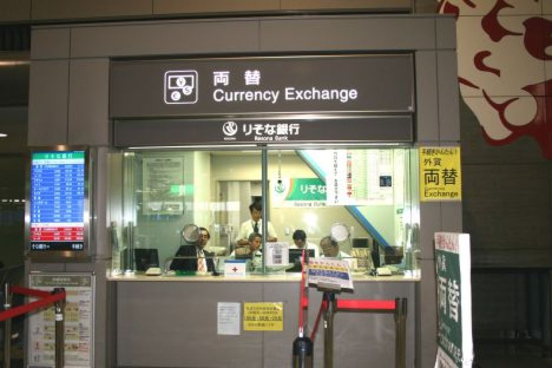 Exchanging US Dollars To Yen - Ratio Of Yen To US Dollars - Currency Exchange Narita Airport