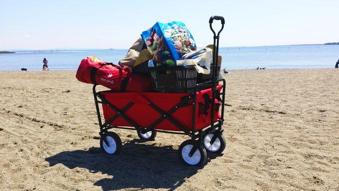 砂浜でキャリーカートを引きずる