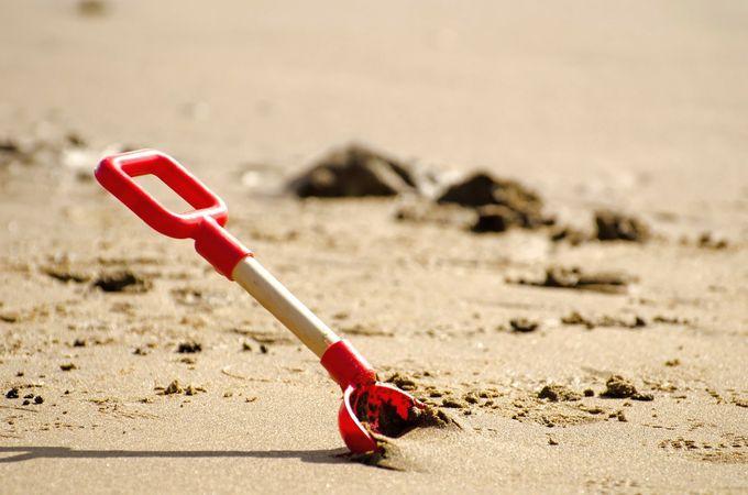 海岸で砂遊び