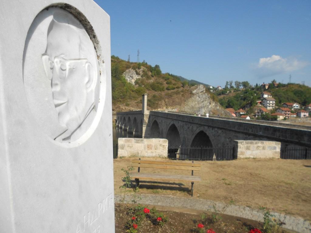 Памятник и мост. Фото: Елена Арсениевич, CC BY-SA 3.0