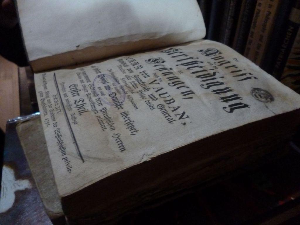 Книга из монастырской библиотеки, изданная в 1751 году. Фото: Елена Арсениевич, CC BY-SA 3.0