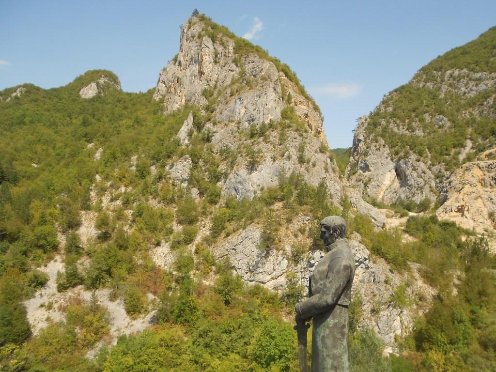 Скалы вокруг монастыря. Фото: Елена Арсениевич, CC BY-SA 3.0