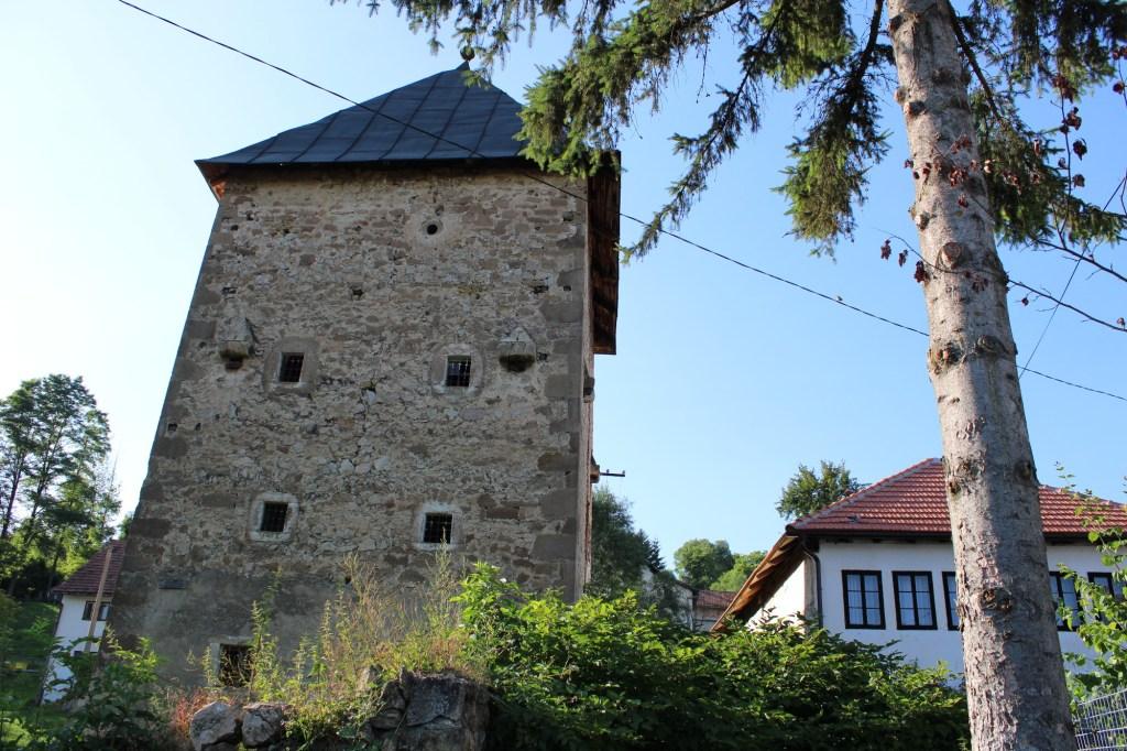 От богатого имения сохранилась лишь башня. Фото: Елена Арсениевич, CC BY-SA 3.0