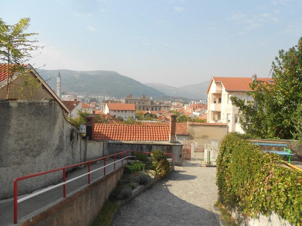 Вид на Мостар из дворика синагоги