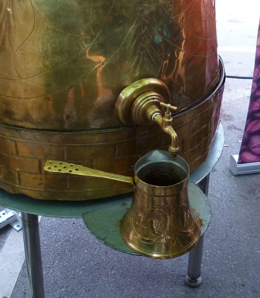 Из большой джезвы кофе переливают в джезву поменьше. Фото: Елена Арсениевич, CC BY-SA 3.0