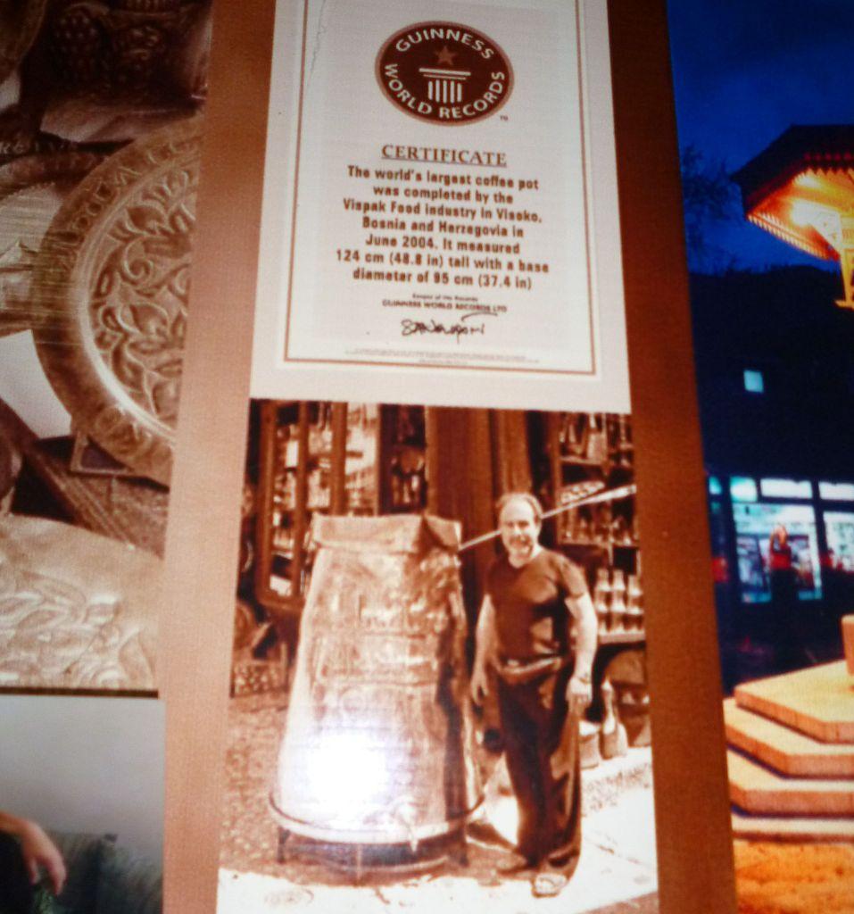 Фотокопия сертификата Книги рекордов Гиннеса в лавке автора джезвы. Фото: Елена Арсениевич, CC BY-SA 3.0