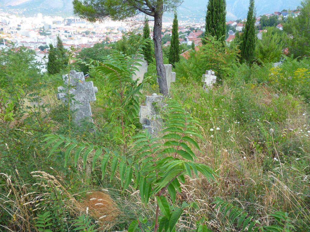 Кладбище на склоне над церковью. Фото: Елена Арсениевич, CC BY-SA 3.0