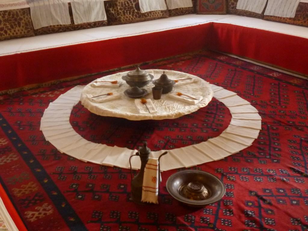 Вокруг стола постелен софралук, длинное полотенце, чтобы накрывать колени. Дом Сврзо в Сараево. Фото: Елена Арсениевич, CC BY-SA 3.0