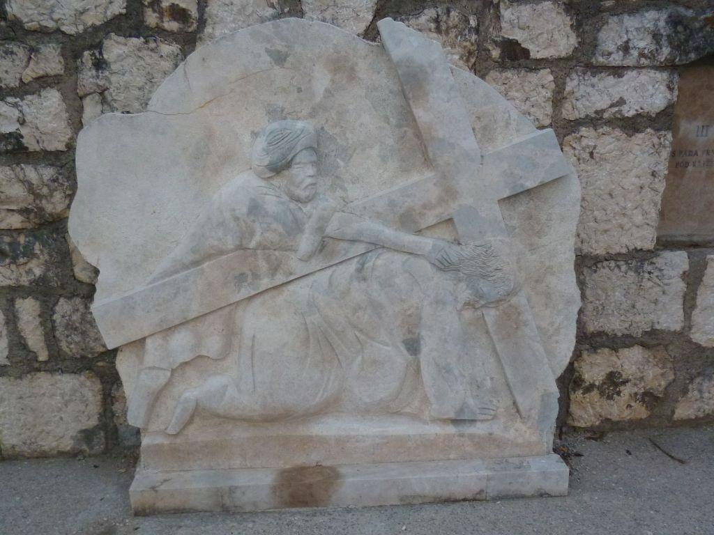 Стояние 3. Иисус падает в первый раз под крестом. Фото: Елена Арсениевич, CC BY-SA 3.0