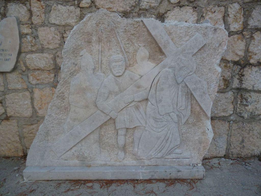 Стояние 5. Симон Киринеянин помогает Иисусу нести крест. Фото: Елена Арсениевич, CC BY-SA 3.0