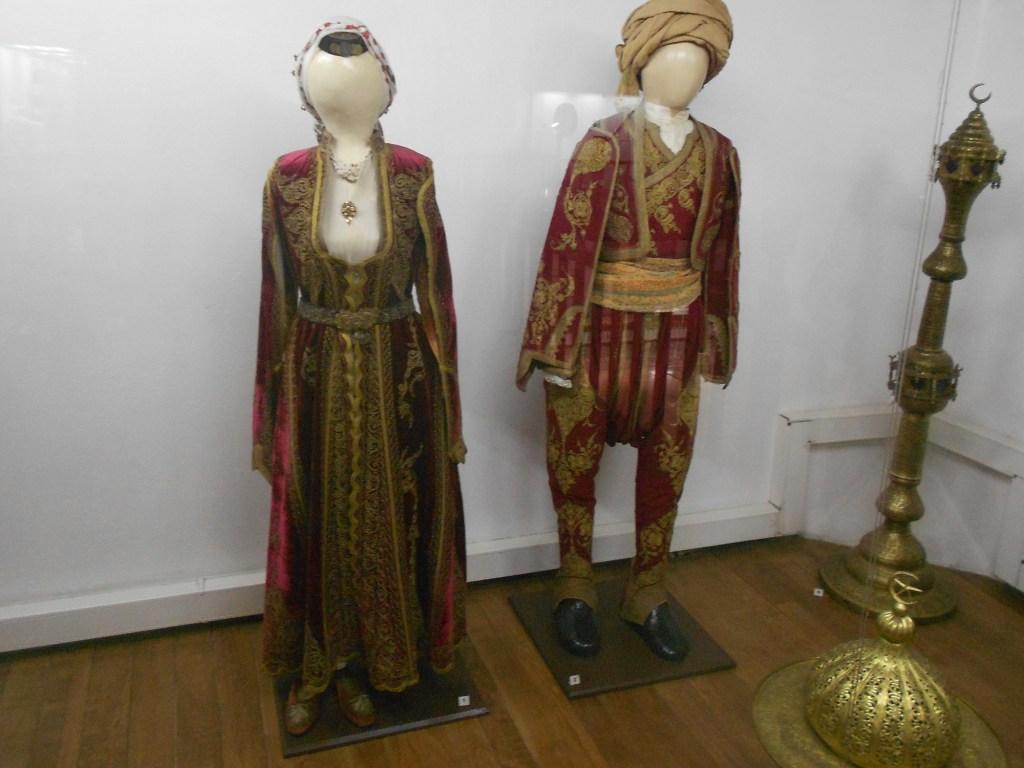 Одежда зажиточных мусульман. Музей Бруса Безистан. Фото: Елена Арсениевич, CC BY-SA 3.0
