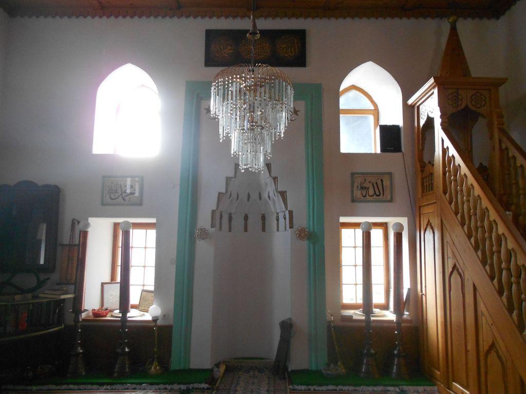 Интерьер мечети. У окон стоят четыре подаренных сто лет назад подсвечника. Фото: Елена Арсениевич, CC BY-SA 3.0