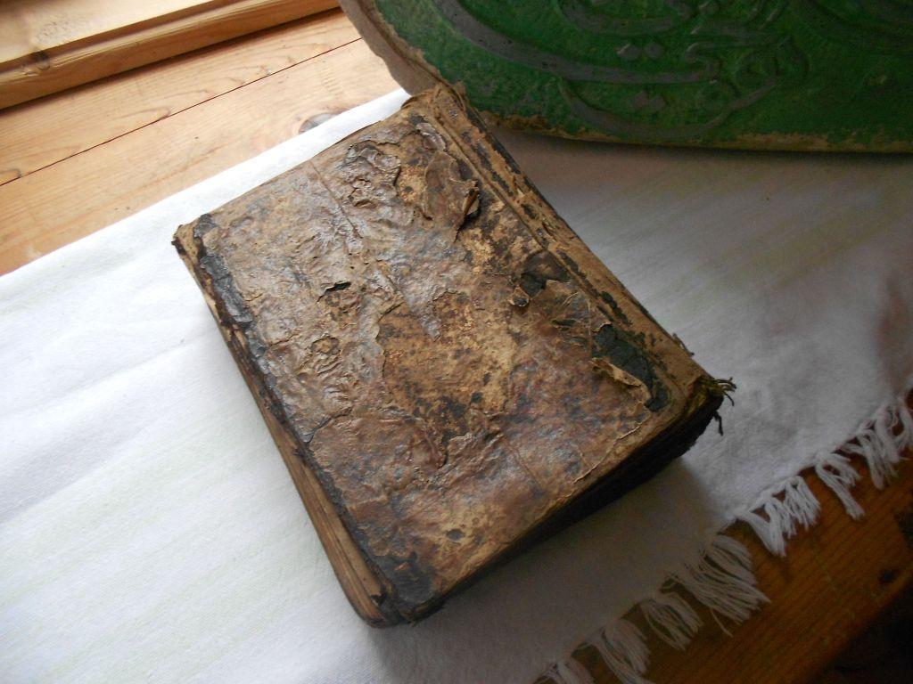 Старинный Коран, найденный в стене мечети. Фото: Елена Арсениевич, CC BY-SA 3.0