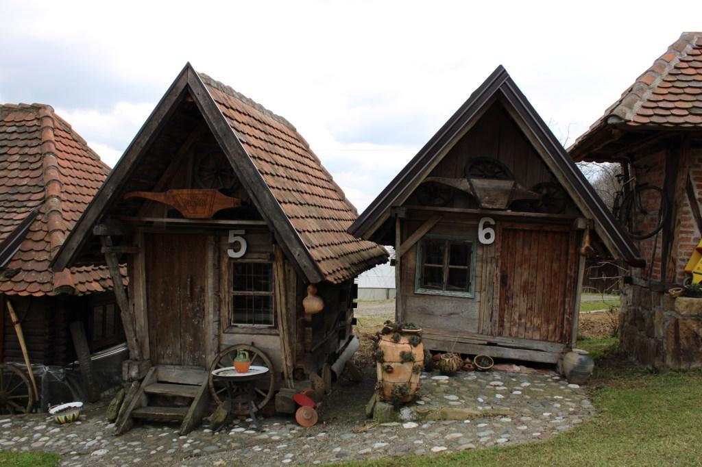 Домики под черепичными крышами. Фото: Елена Арсениевич, CC BY-SA 3.0