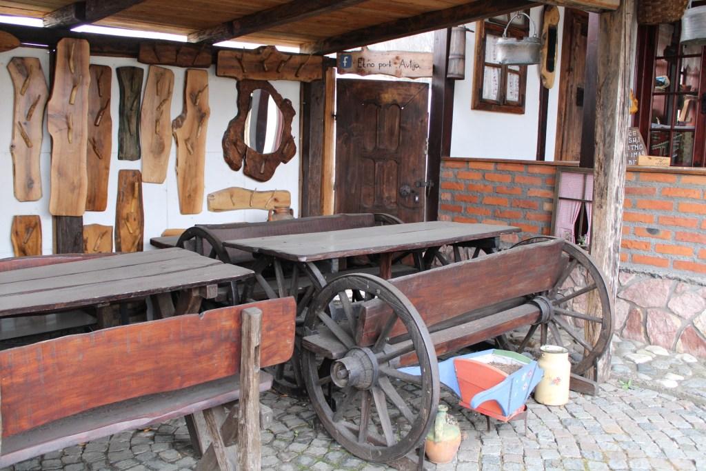 Стол и скамья из телеги. Фото: Елена Арсениевич, CC BY-SA 3.0