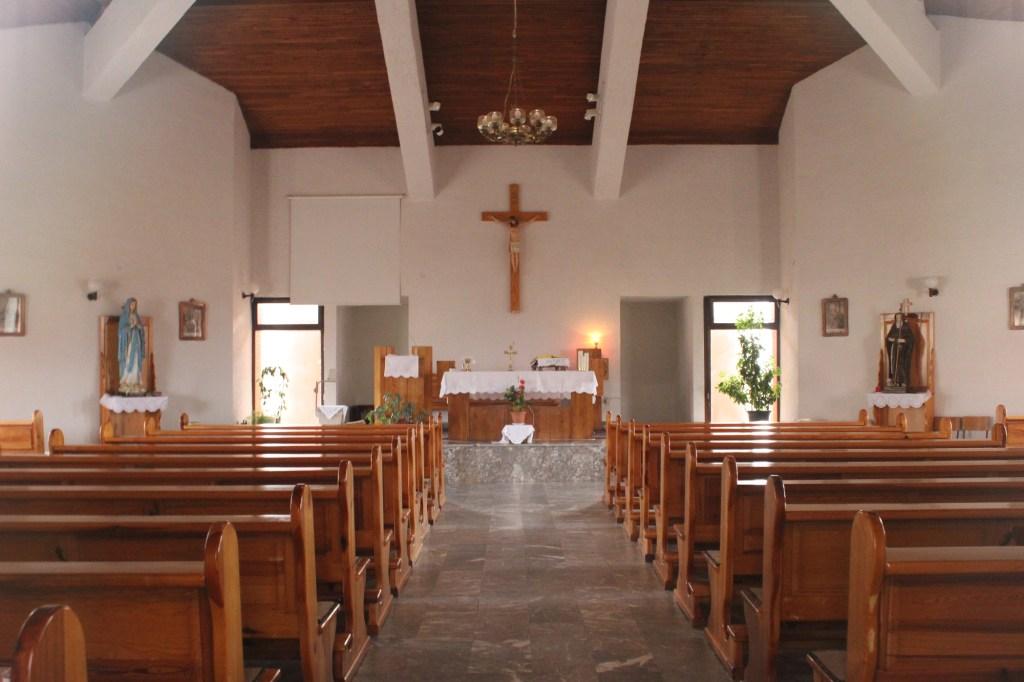 Скромный интерьер церкви. Фото: Елена Арсениевич, CC BY-SA 3.0