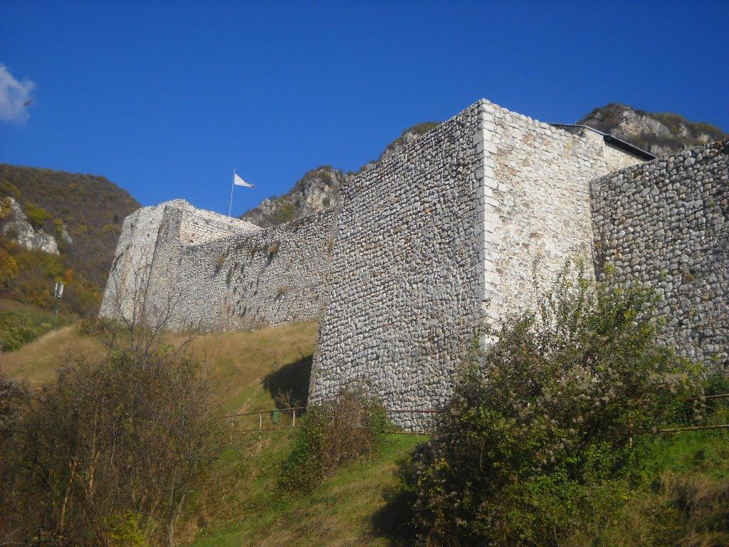 Мощные стены крепости. Фото: Елена Арсениевич, CC BY-SA 3.0