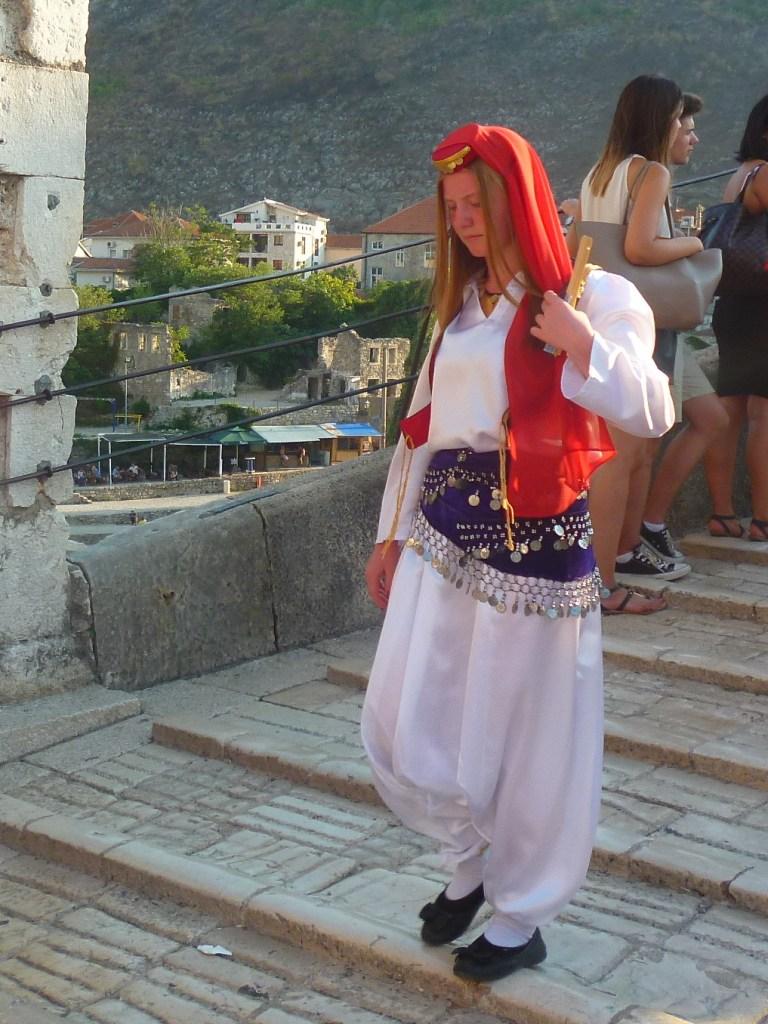 Димие на участнице фольклорного фестиваля. Фото: Елена Арсениевич, CC BY-SA 3.0