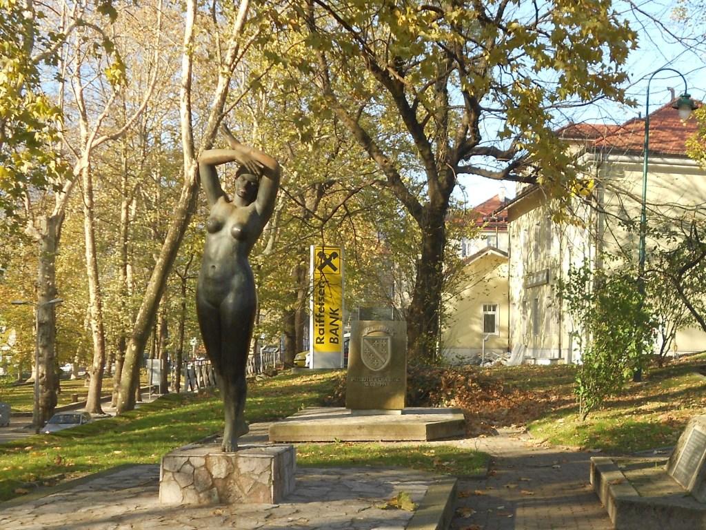 Скульптура «Девушка с Уны» в центре Бихача. Фото: Елена Арсениевич, CC BY-SA 3.0