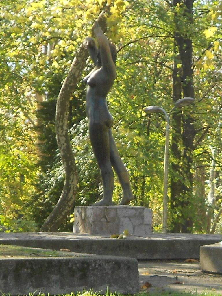 «Девушка с Уны» и городской парк. Фото: Елена Арсениевич, CC BY-SA 3.0