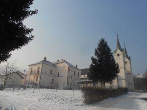 Церковь и дом священника в Долаце. Фото: Елена Арсениевич, CC BY-SA 3.0