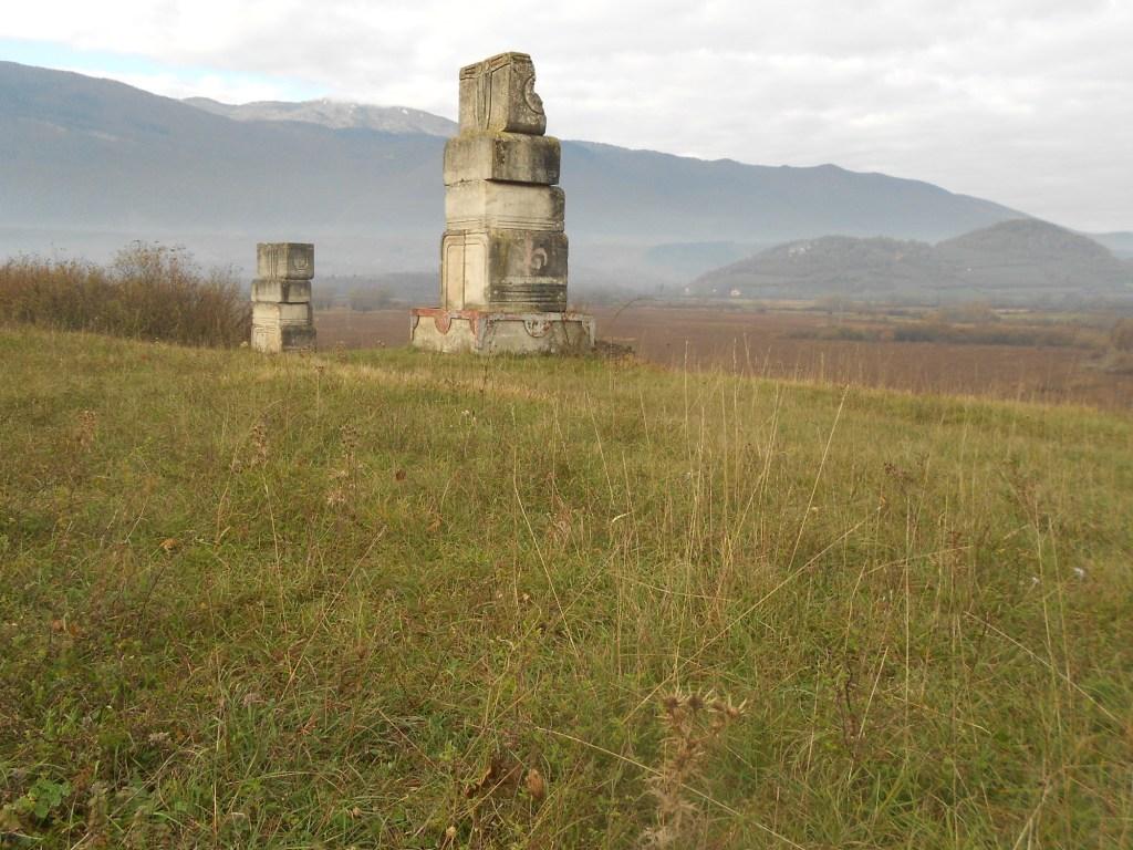 Две колонны в стороне от основной группы. Фото: Елена Арсениевич, CC BY-SA 3.0