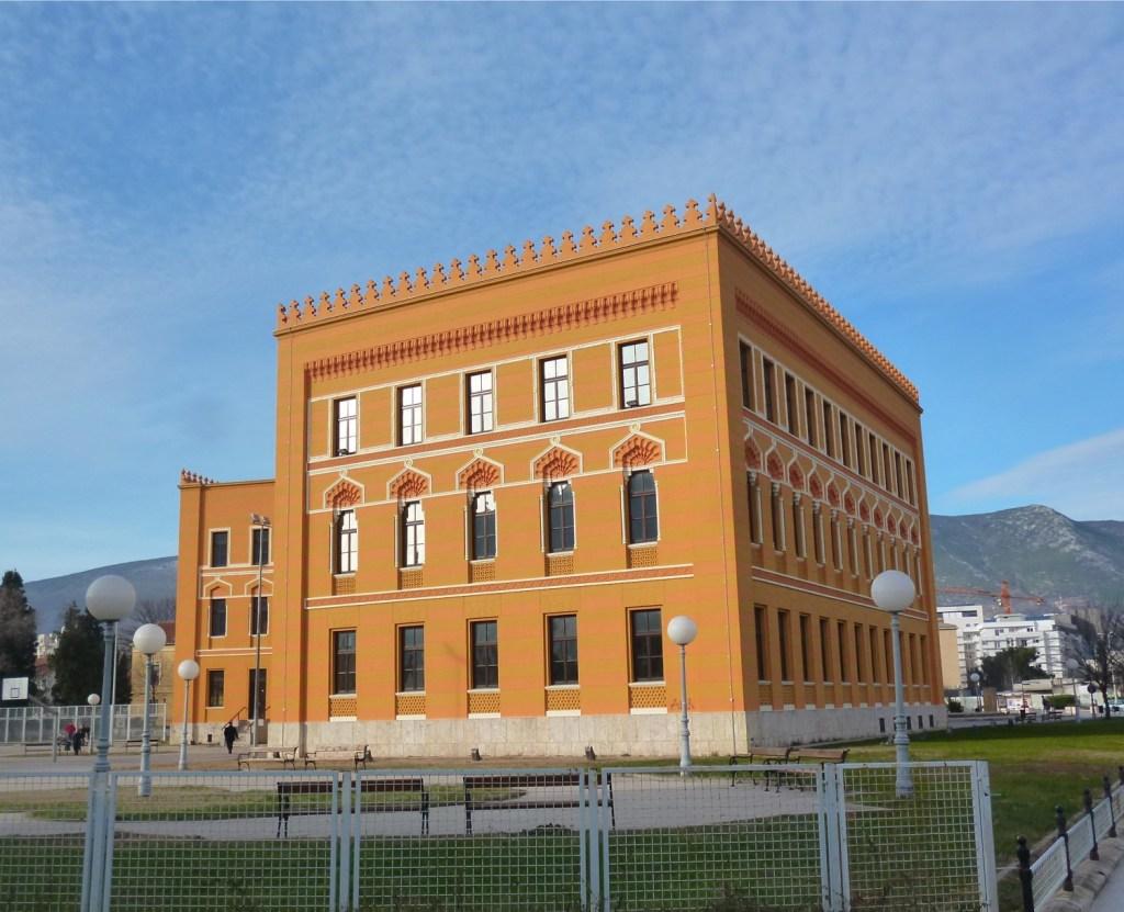 Левое крыло гимназии. Фото: Елена Арсениевич, CC BY-SA 3.0