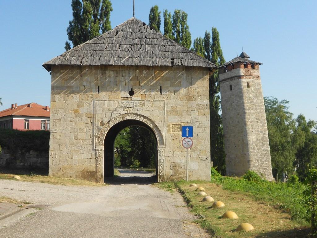 Часовая башня и ворота крепости. Фото: Елена Арсениевич, CC BY-SA 3.0