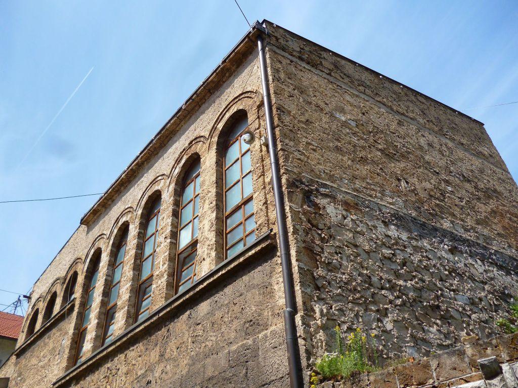 Мечеть построена из туфа. Фото: Елена Арсениевич, CC BY-SA 3.0