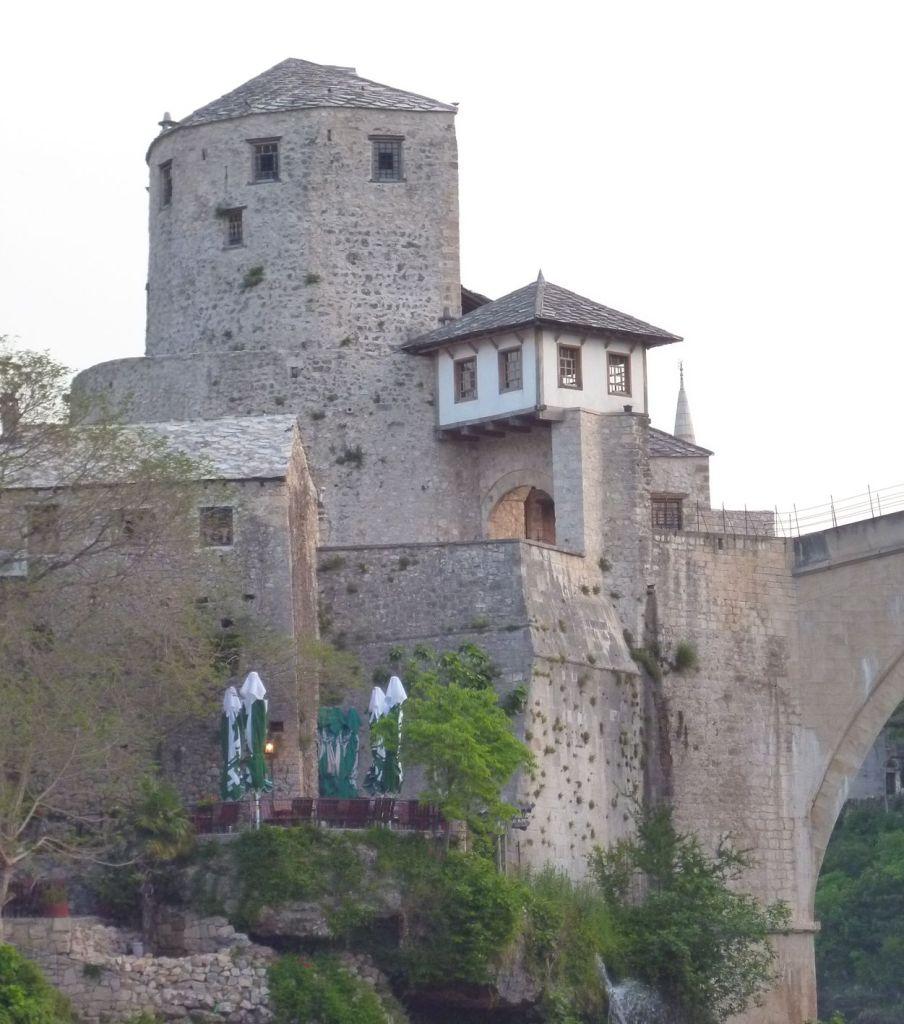 Вид на башню Халебию от устья Радоболи. Фото: Елена Арсениевич, CC BY-SA 3.0