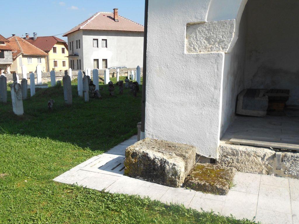 Эзан-таш, камень для призыва на молитву. Фото: Елена Арсениевич, CC BY-SA 3.0