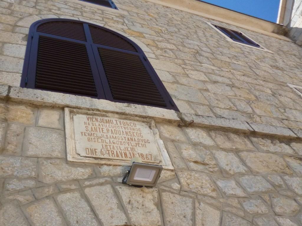 Табличка об основании монастыря. Фото: Елена Арсениевич, CC BY-SA 3.0
