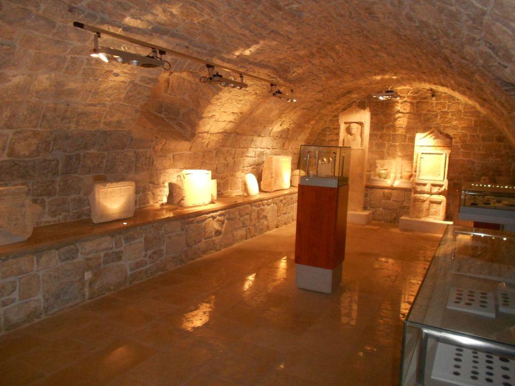 Музей находится в монастырском подвале с мощными сводами и каменными стенами. Фото: Елена Арсениевич, CC BY-SA 3.0