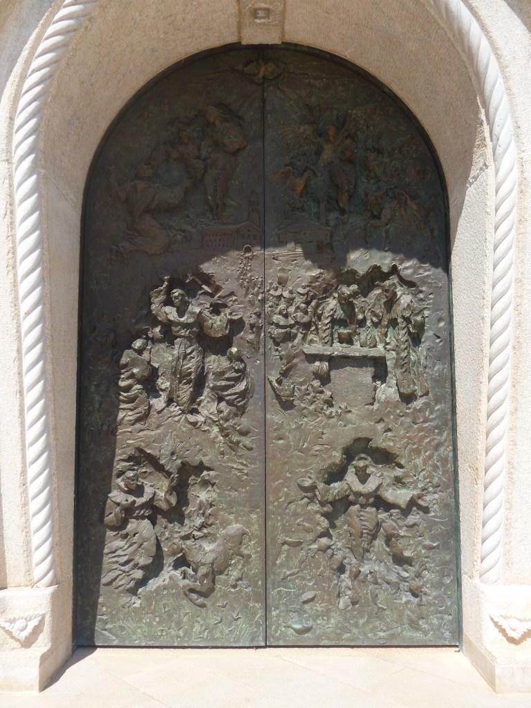 Бронзовые двери старой церкви. Работа Илии Скочибушича. Фото: Елена Арсениевич, CC BY-SA 3.0