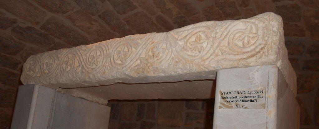 Фрагмент украшения церкви 9-11 века, найденный в крепости Любушки. Фото: Елена Арсениевич, CC BY-SA 3.0