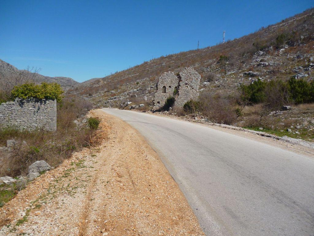 Руины на другой стороне дороги. Фото: Елена Арсениевич, CC BY-SA 3.0