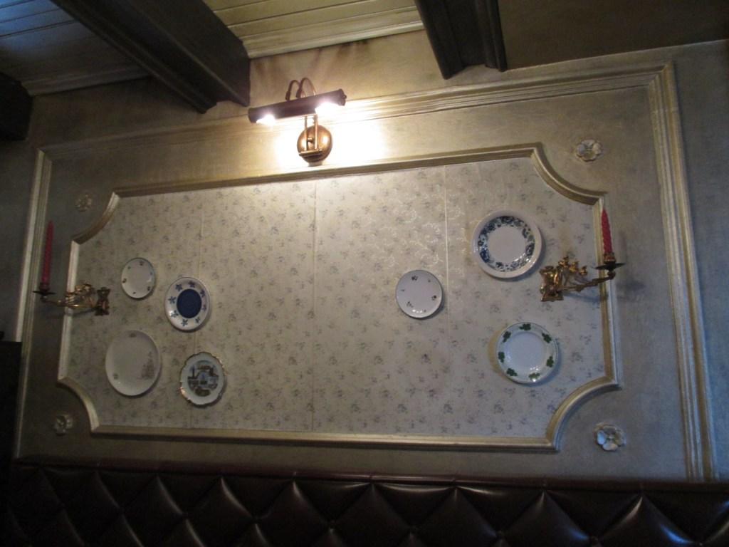 Фрагмент интерьера (это не стол, а стена). Фото: Елена Арсениевич, CC BY-SA 3.0