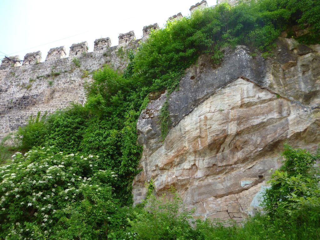 Городская стена на скале. Фото: Елена Арсениевич, CC BY-SA 3.0