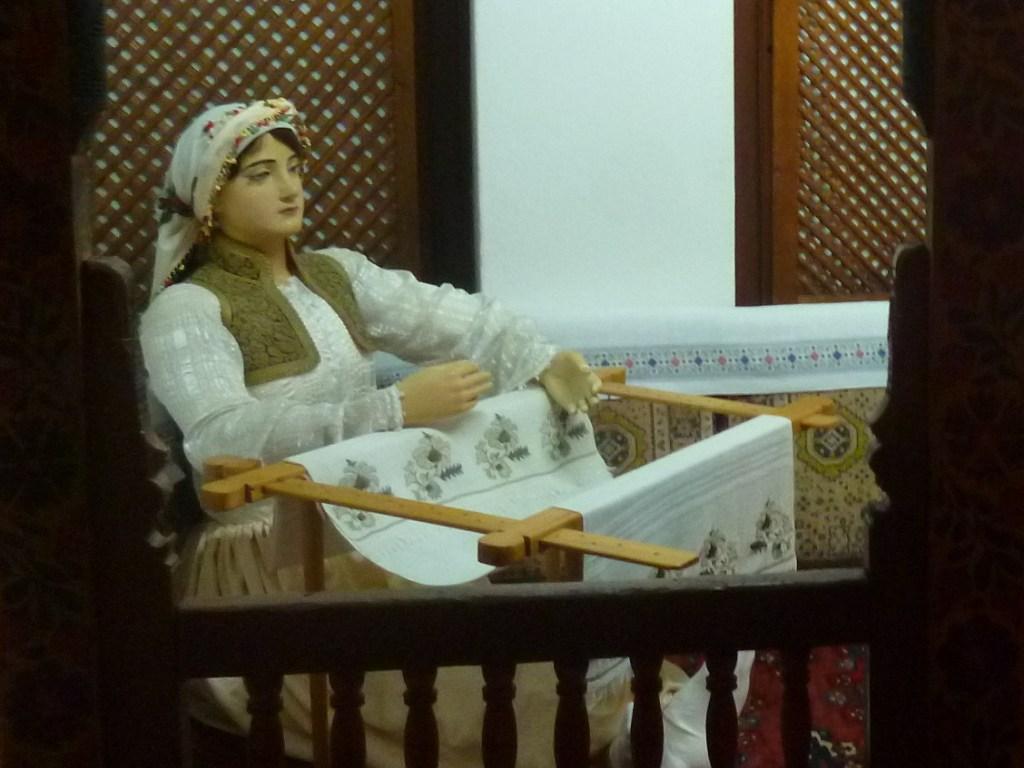 Девушка в ечерме. Этнографическая экспозиция Земальского музея в Сараево. Фото: Елена Арсениевич, CC BY-SA 3.0