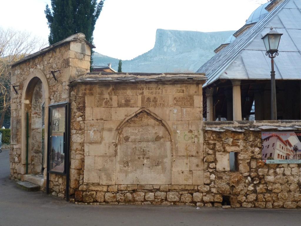 Чесма, питьевой фонтанчик, встроенный в ограду мечети. Фото: Елена Арсениевич, CC BY-SA 3.0