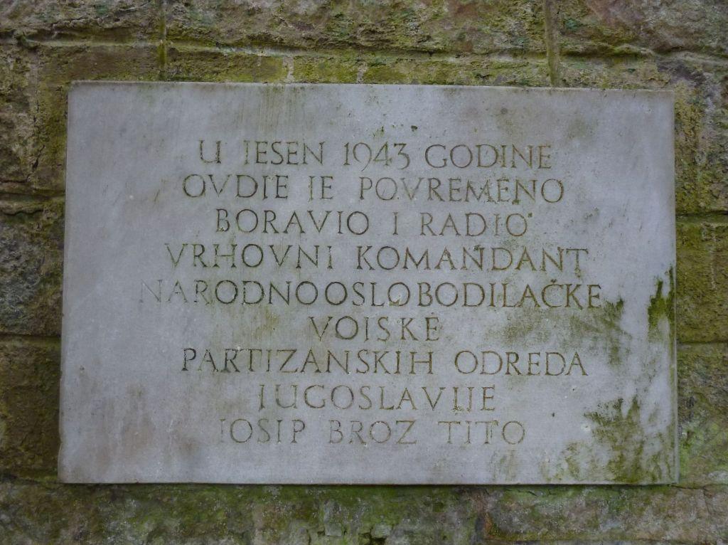 Памятная табличка о пребывании в Катакомбах Йосипа Броз Тито. Фото: Елена Арсениевич, CC BY-SA 3.0