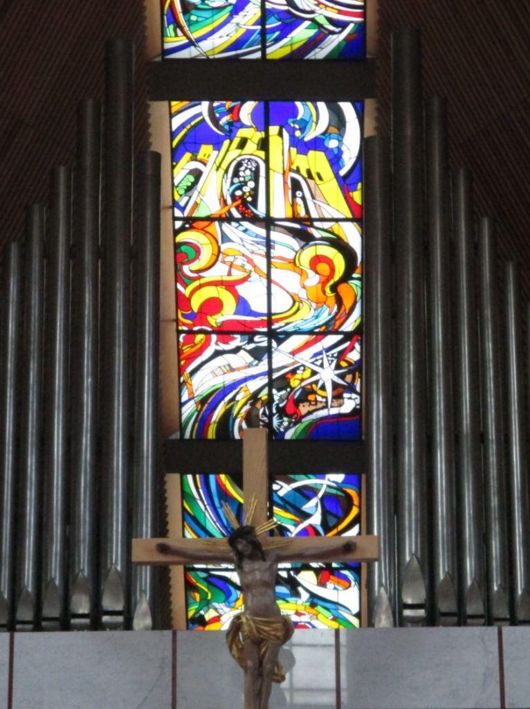 Витраж в интерьере собора. Фото: Елена Арсениевич, CC BY-SA 3.0